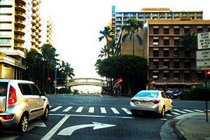 ハワイ(アメリカ)の交通ルール ハワイでは進行方向が赤信号でも右折可能