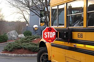 ハワイ(アメリカ)の交通ルール スクールバスがストップサインを出して停車したら必ず停車