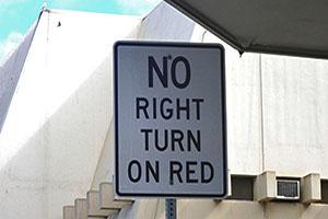 ハワイの道路標識 NO RIGHT TURN ON RED