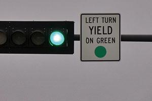 ハワイの道路標識 LEFT TURN YIELD ON GREEN